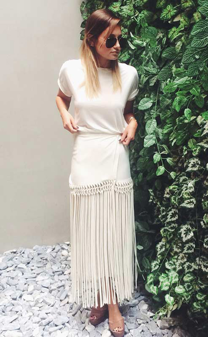 white-maxi-skirt-and-t-shirt-outfit