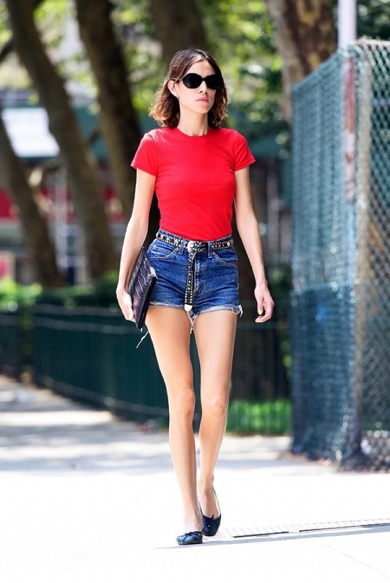 how-to-style-jean-shorts-for-summer-like-alexa-chung-1841335-1468954234-640x0c