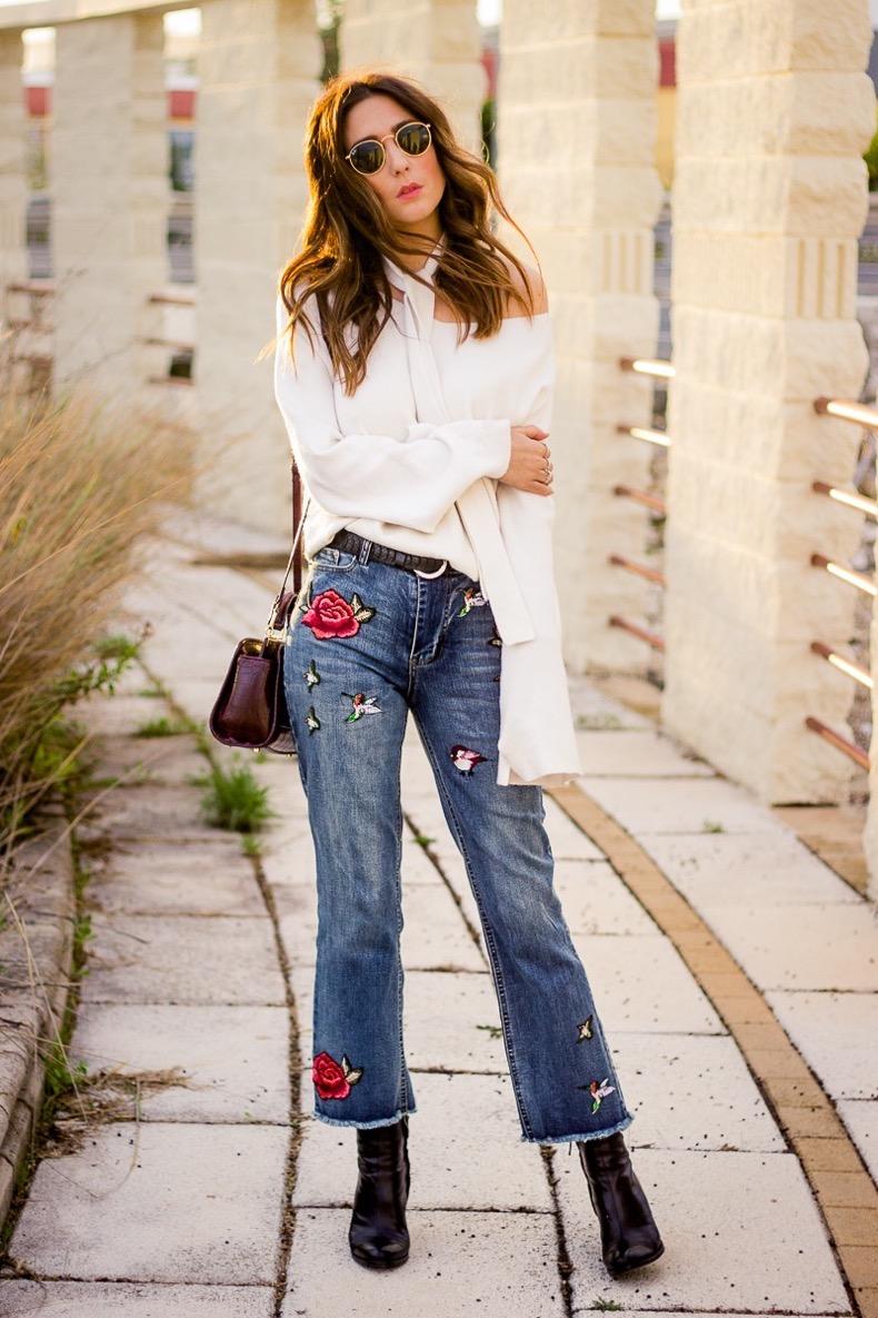pantalon-vaquero-bordado-blusa-blanca-con-lazada-al-cuello_www-shoesandbasics-com_patti-santamaria-blogger-cadiz-outfit-streetstyle_5